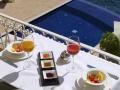 Piscina & mesa desayuno